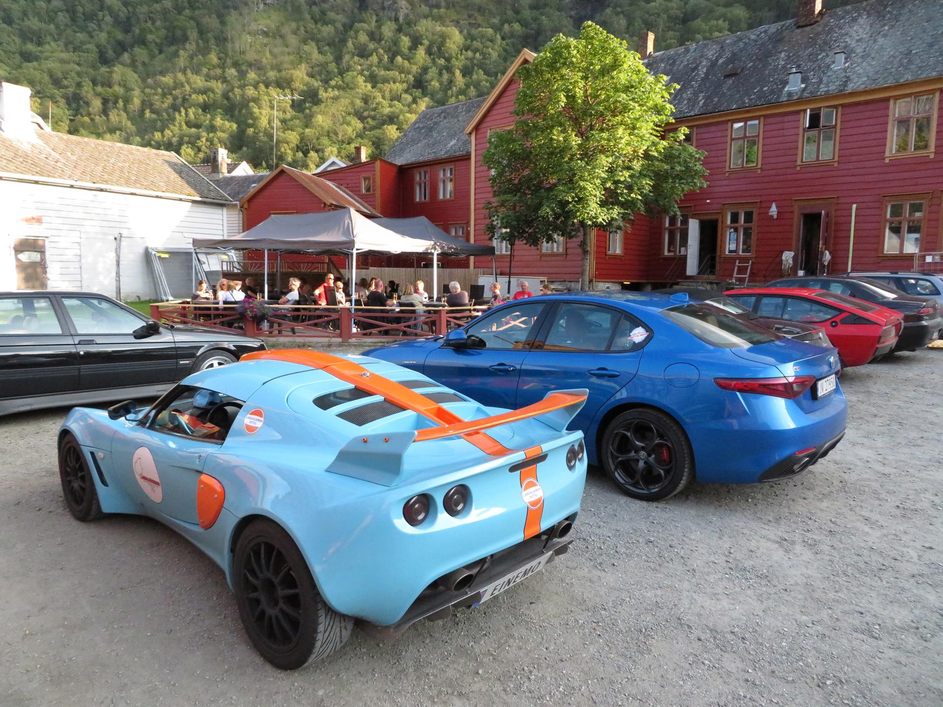 Biler i bakgården Lærdalsøren hotell (13).JPG