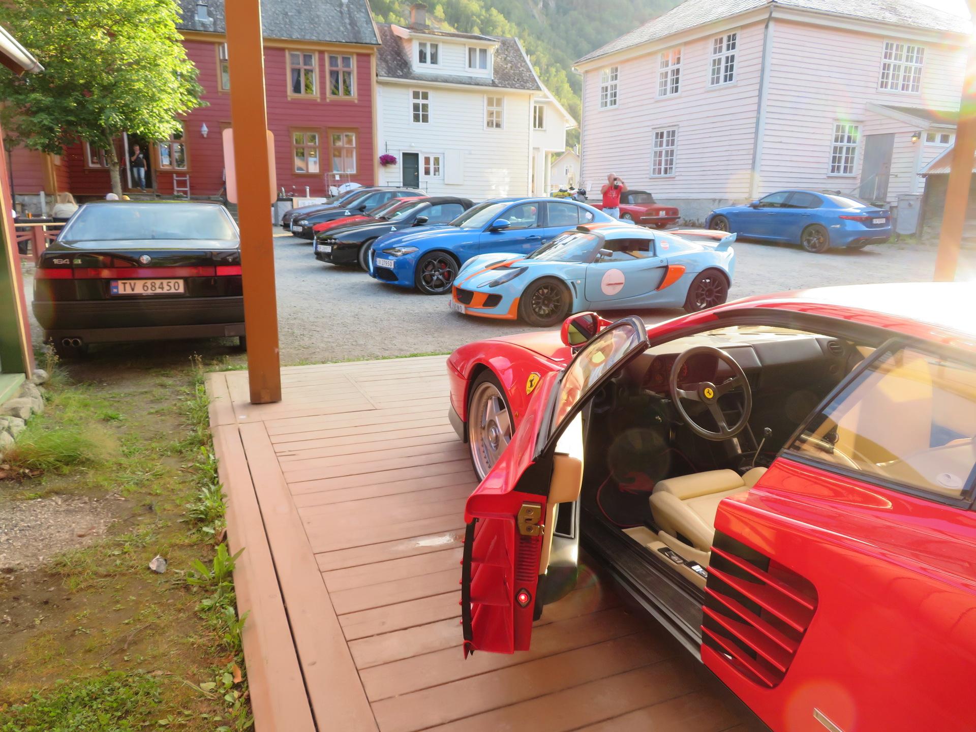 Biler i bakgården Lærdalsøren hotell (18).JPG