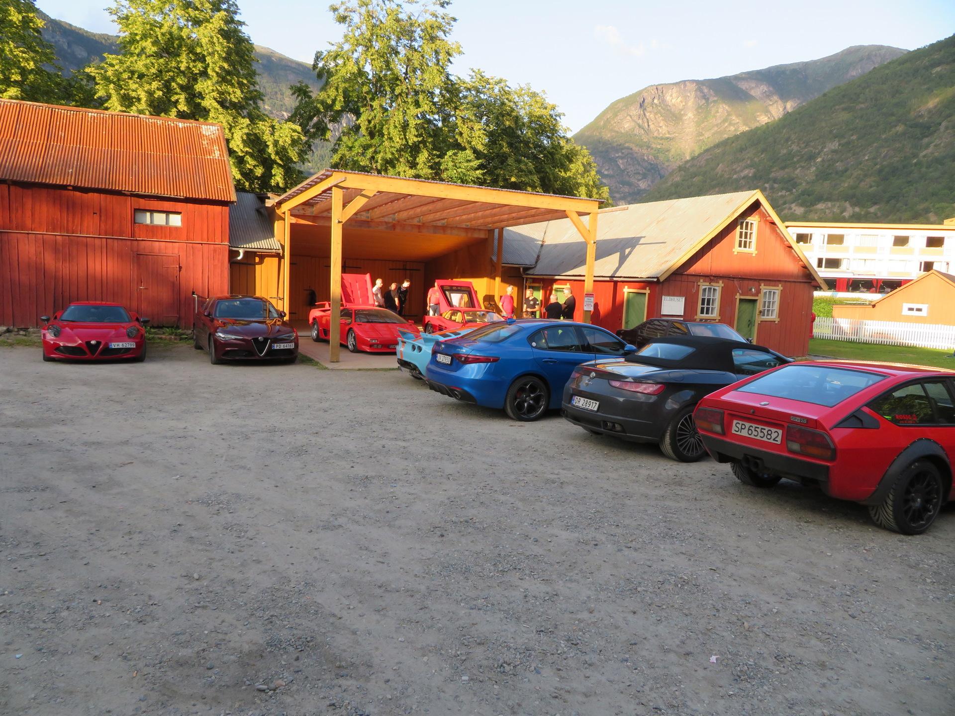 Biler i bakgården Lærdalsøren hotell (20).JPG