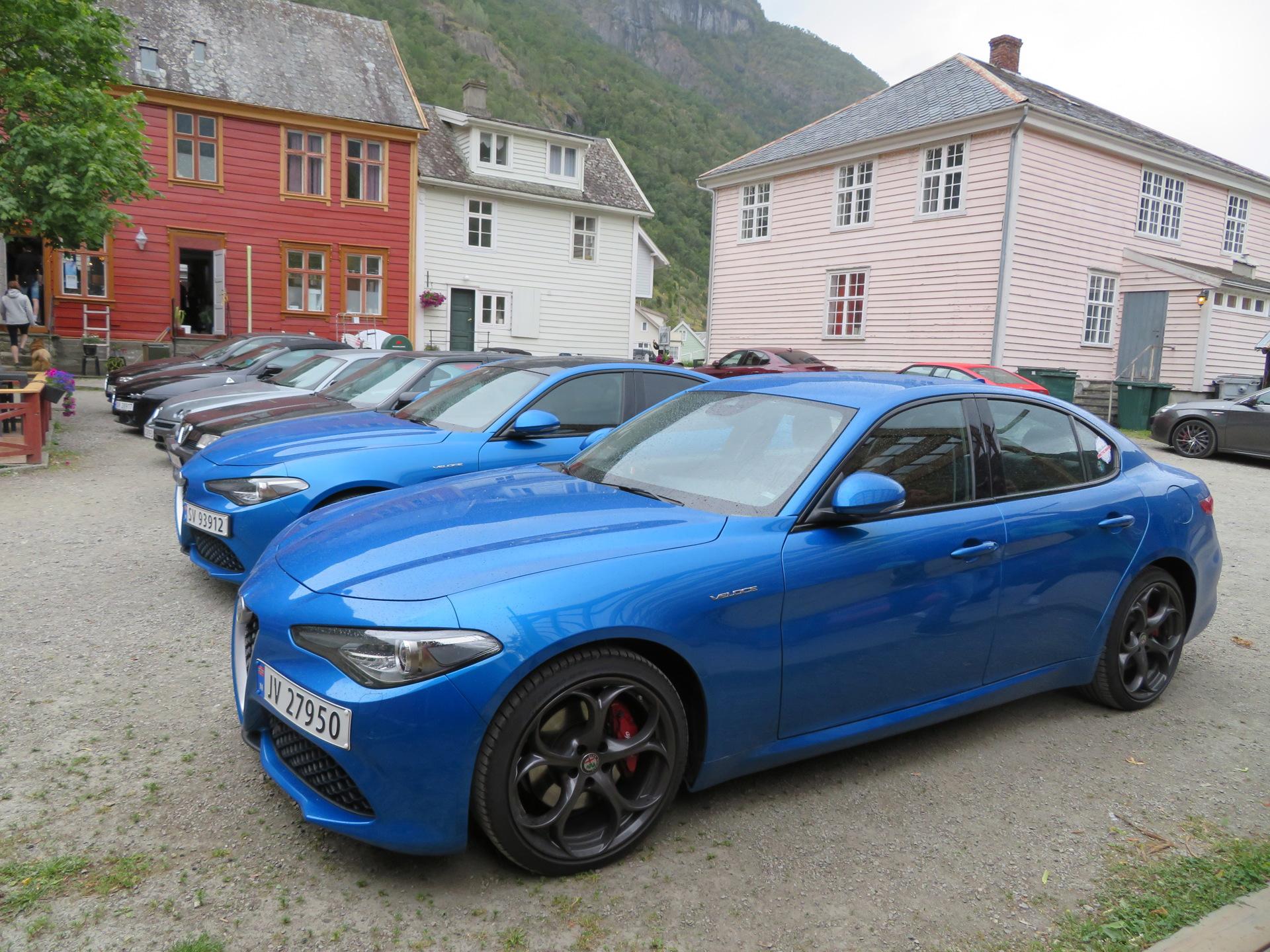 Biler i bakgården til Lærdalsøren hotell (1).JPG