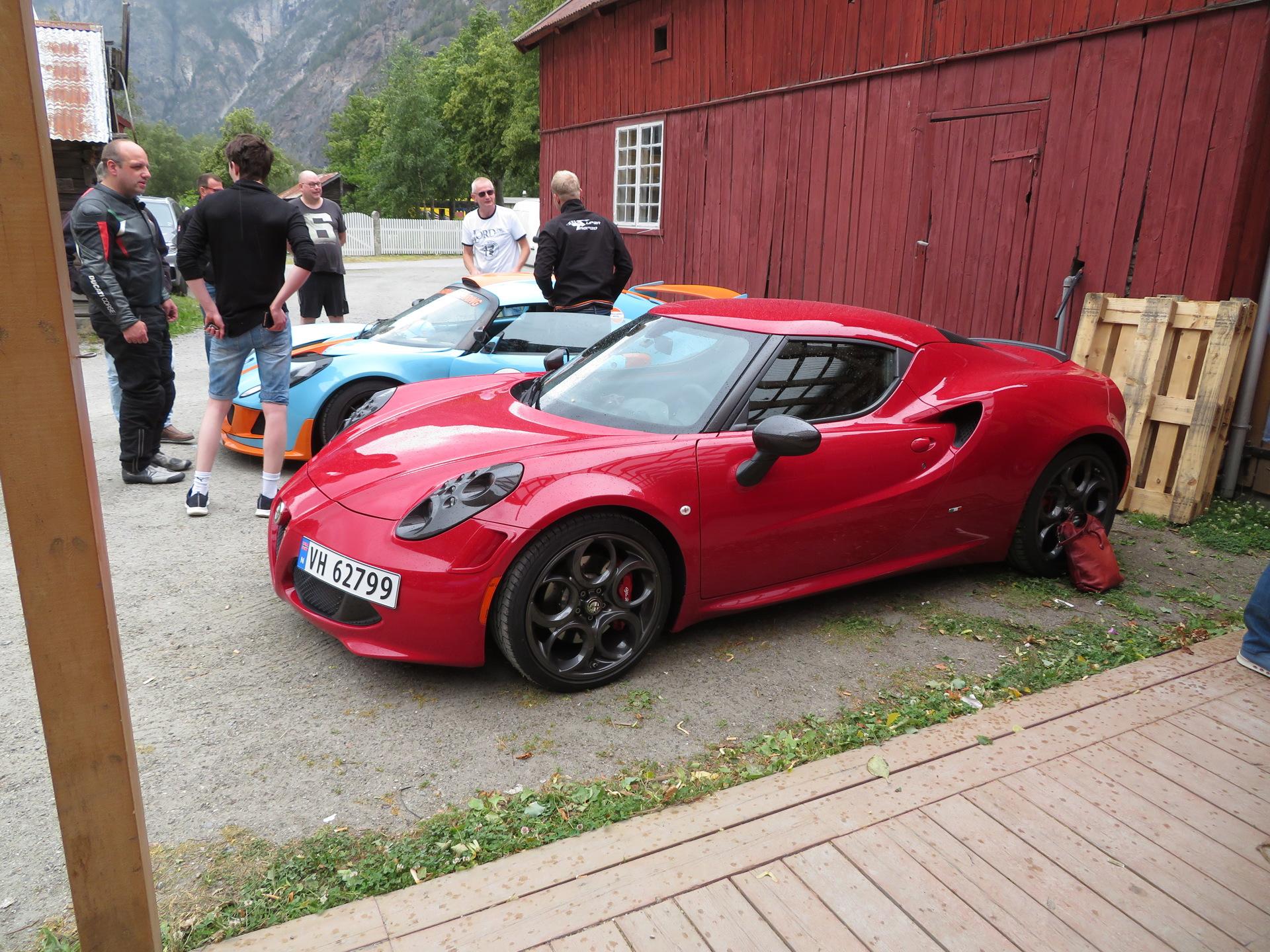 Biler i bakgården til Lærdalsøren hotell (2).JPG