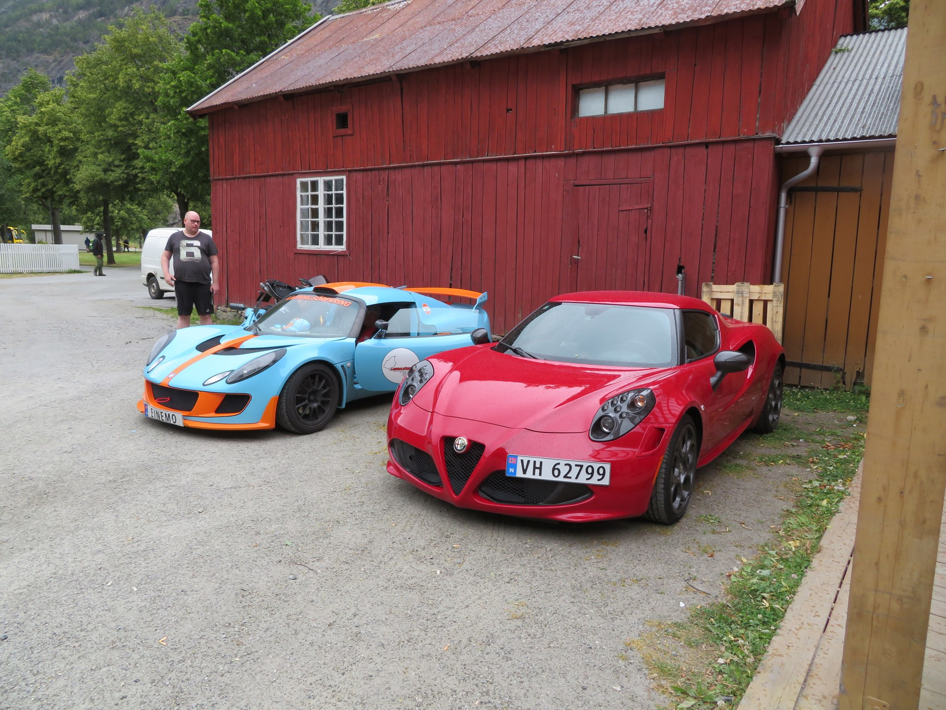 Biler i bakgården til Lærdalsøren hotell (3).JPG