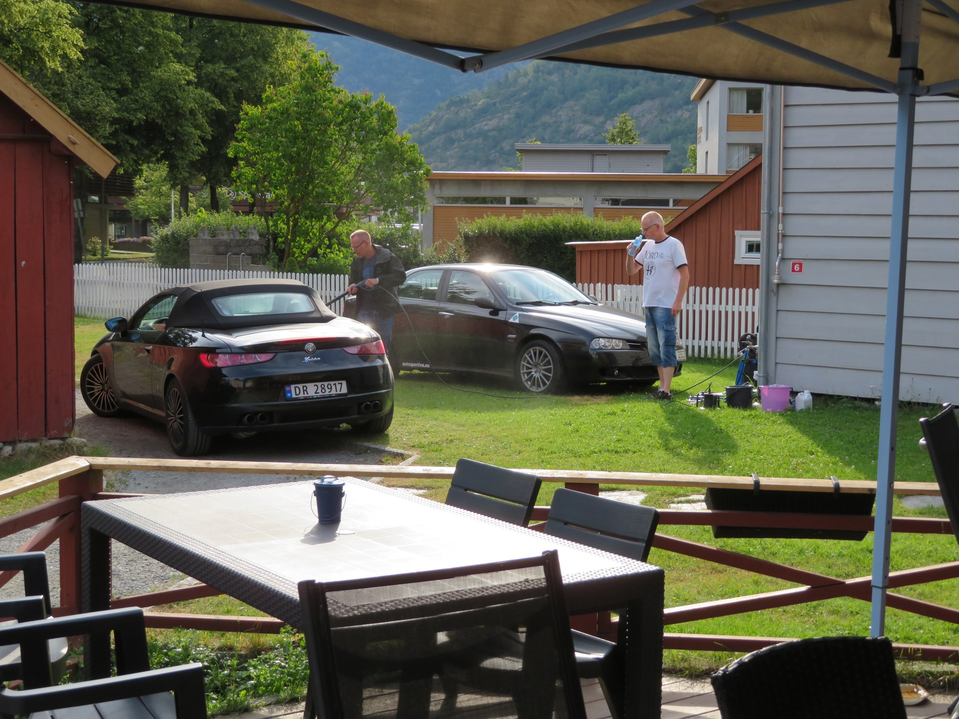 Bilvask i bakgården til Lærdalsøren hotell (2).JPG
