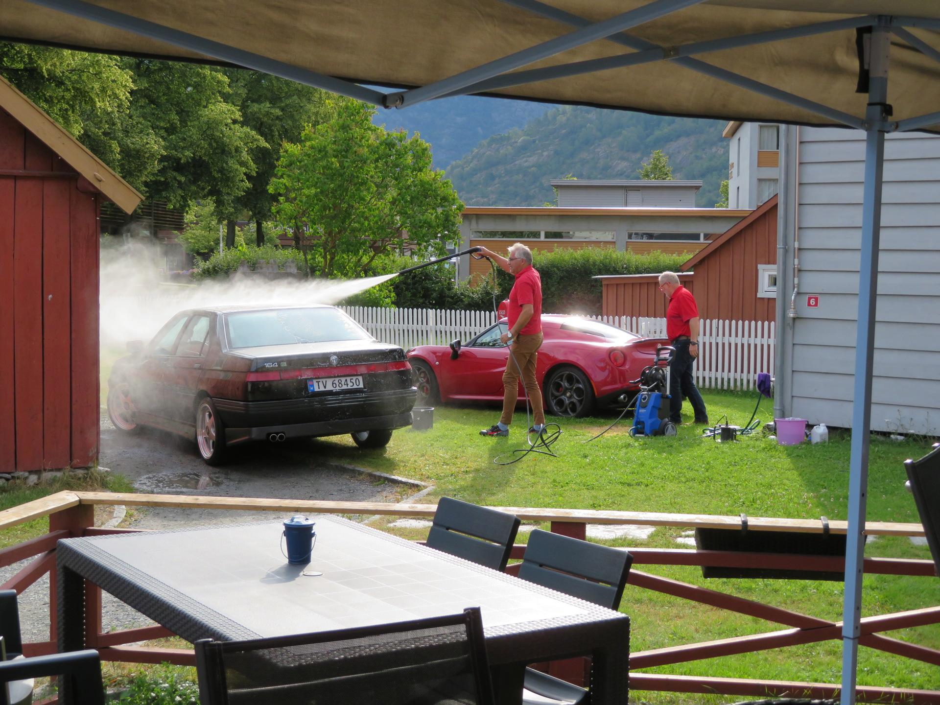 Bilvask i bakgården til Lærdalsøren hotell (3).JPG