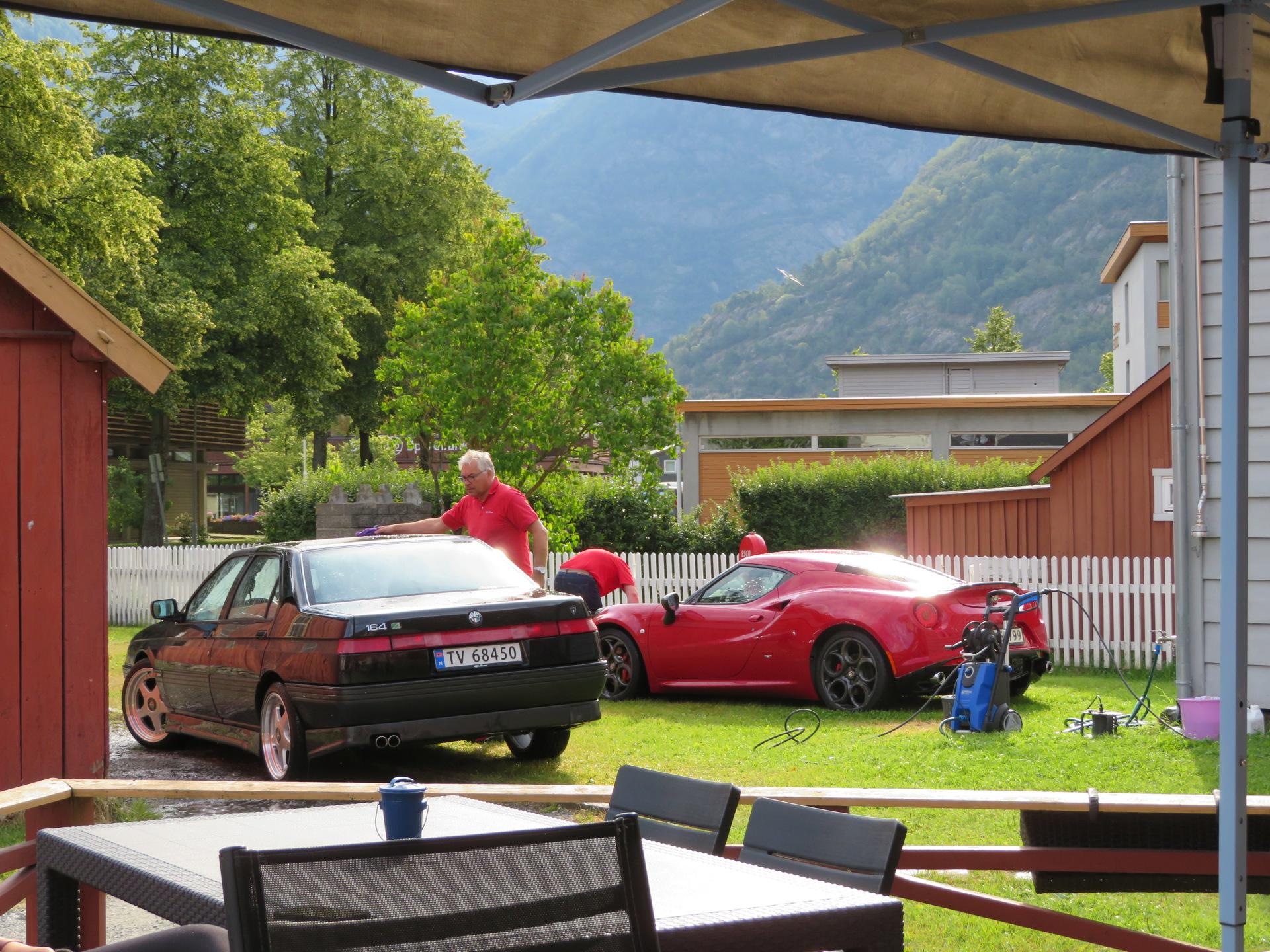 Bilvask i bakgården til Lærdalsøren hotell (5).JPG