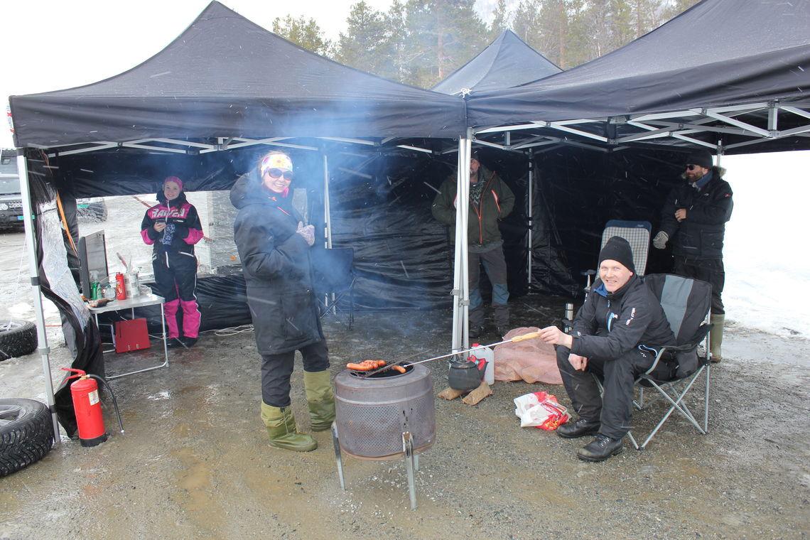 NLRK_nord_TT_telt_og_grilling_med_god_avstand.jpg
