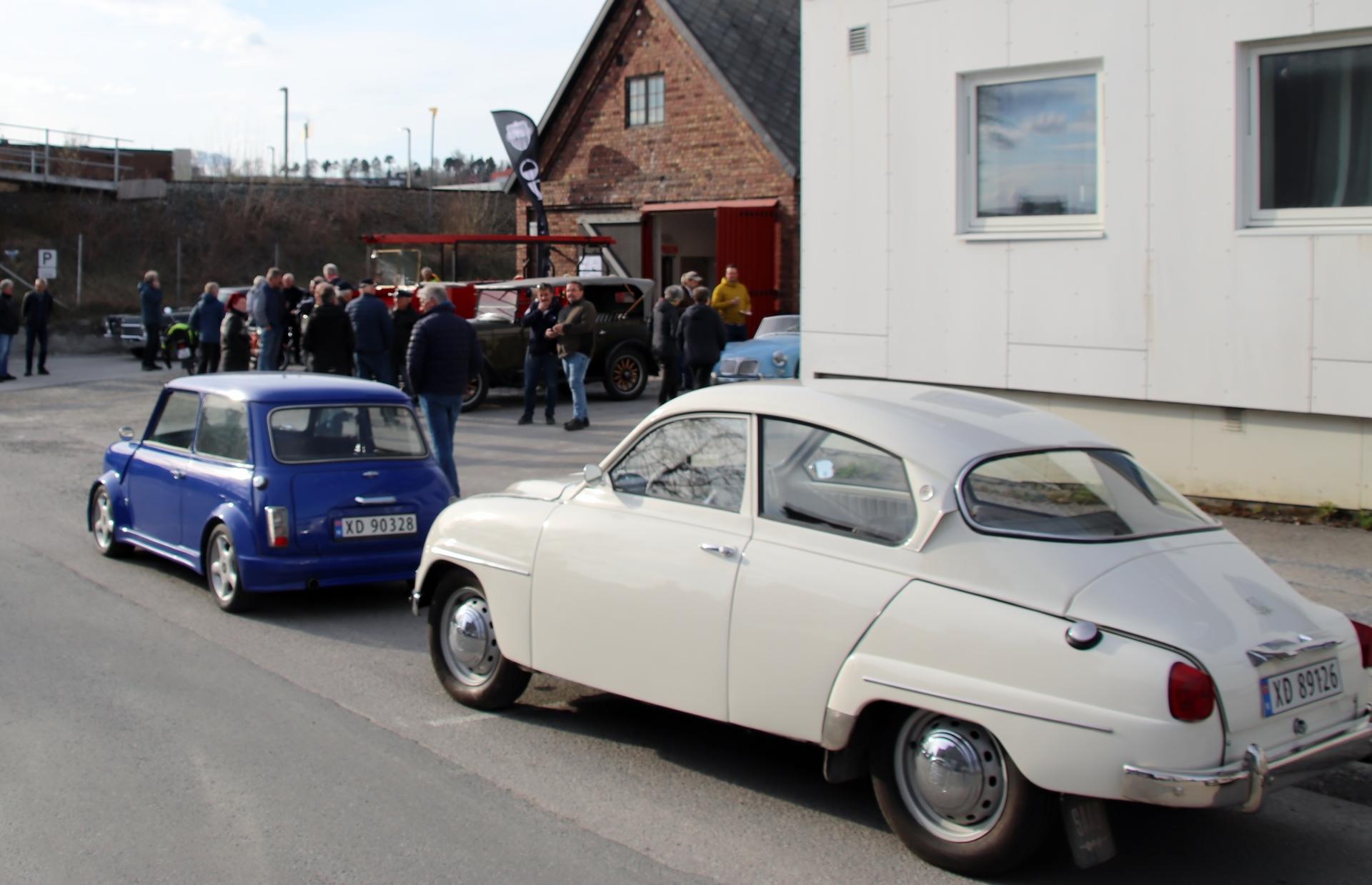 15 Morris og Saab.JPG