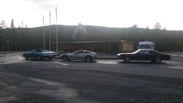 Tre biler fra Amcar Lillestrøm tok turen til årets Nordnorgetreff i Ballangen, 24.-26. august, arrangert av US Car Club Narvik. De 288 milene tur retur Lillestrøm-Ballangen gikk unna uten problemer. Foto: Espen Hoftvedt