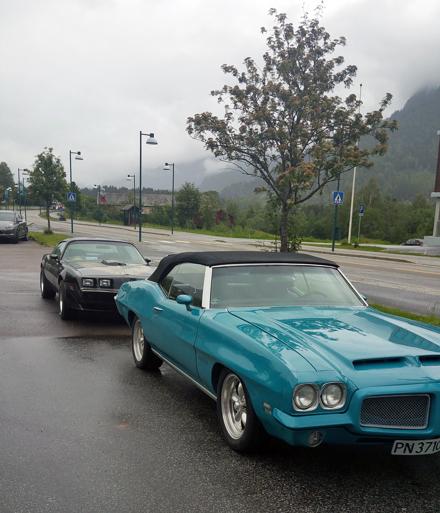 Mange fine biler og folk å se på Rockabilly- og Amcartreffet på Nesbyen. Espen vant førstepremie med sin 1971 Pontiac GTO convertible. Foto: Espen Hoftvedt