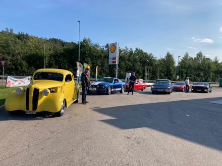 9 biler fra Amcar Lillestrøm tok turen til Gjøvik og Mjøstreffet 2021, arrangert av Gjøvik Amcar Club. Det var et flott treff i fint vær, og med mange fine biler. Foto: Ivar Melbye og Jan Skredderbakken