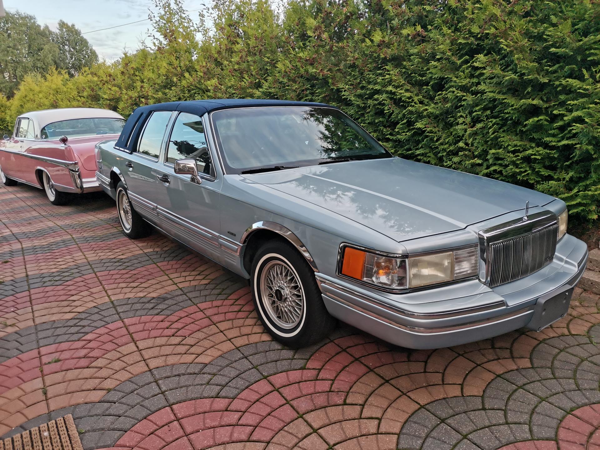235-1992 Lincoln Town Car Executive Edition 01. Ei