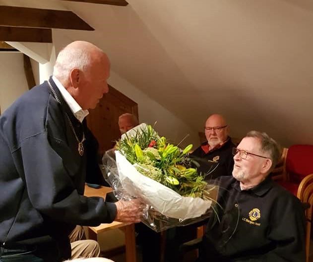 Tormod får blomster etter 80-årsdag 2.jpg