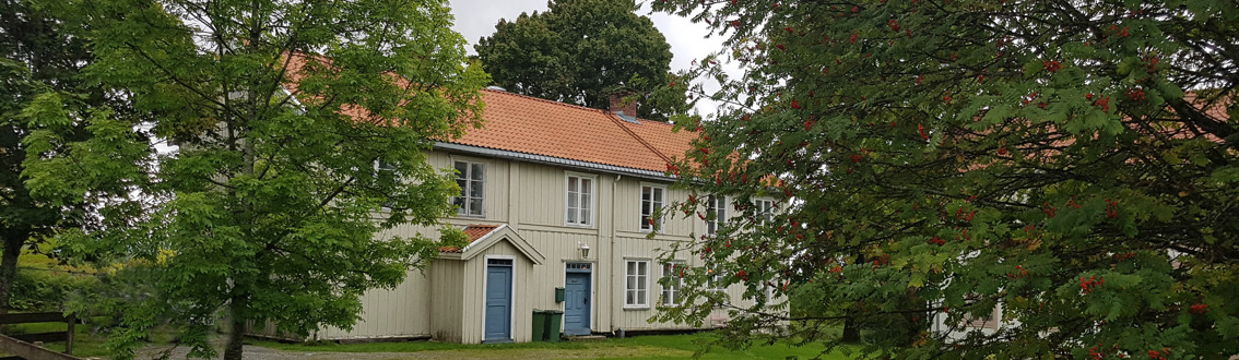 Romerike Historielags hus ligger på garden Skedsmovollen like ved Skedsmo kirke, fra 1883 prestegard i Skedsmo. Historielaget holder hus i sidebygningen. Dette er det eldste huset på garden og stammer fra den tida da den var gjestgivergard. Første etasje er fra 1700-tallet, kanskje delvis enda eldre. Andre høgda ble påbygd rundt år 1800. Den opprinnelige grunnplanen nede og oppe er stort sett bevart. Det samme er mange dører, paneler, listverk og andre bygningsdetaljer. Huset ble fredet i 1992.