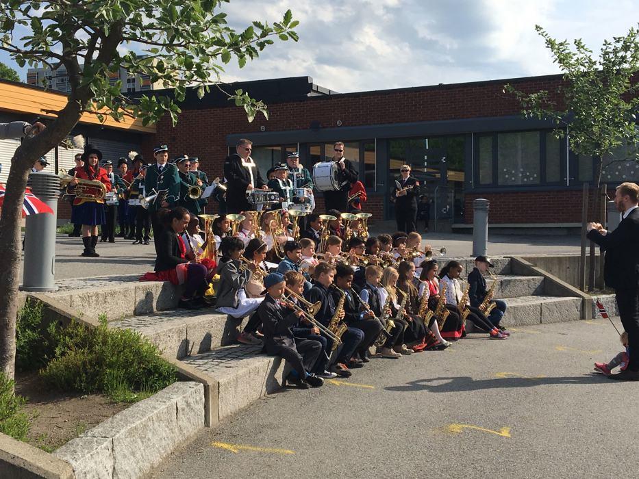 Klassekorpset spiller Gammel jegermarsj med felleskorpset.jpg