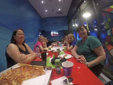 Lørdag 26. Mai hadde vi sommer avslutning med Barne gruppen på Rush Trampolinepark. Etter en time med aktivitet var det på høy tid med Pizza i kroppen.