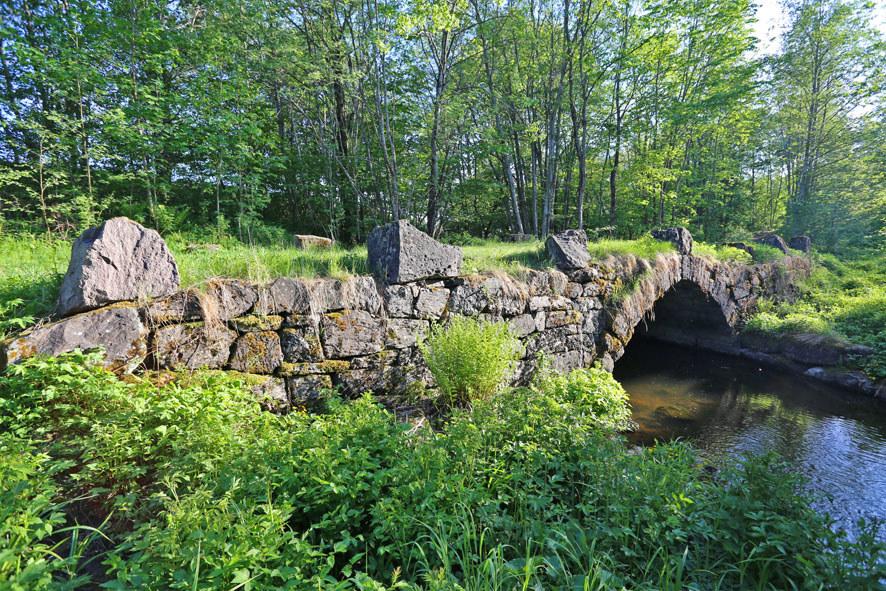 Den gamle, koselige broa ved Øverland gård