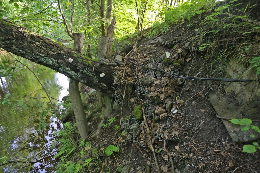 Utfylling mot elv for å vinne nytt bruksareal. Urene fyllmasser og annet potensielt forurensende materiale brukes (Sandvikselva).
