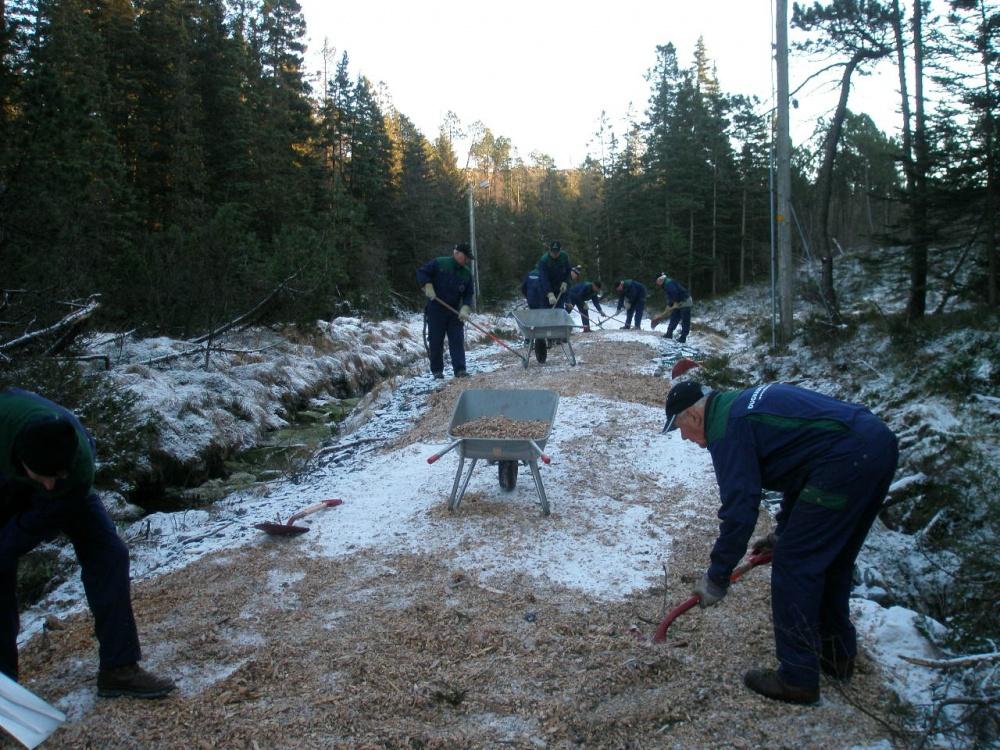 12-12 Full innsats med hakke, spade og trillebåre