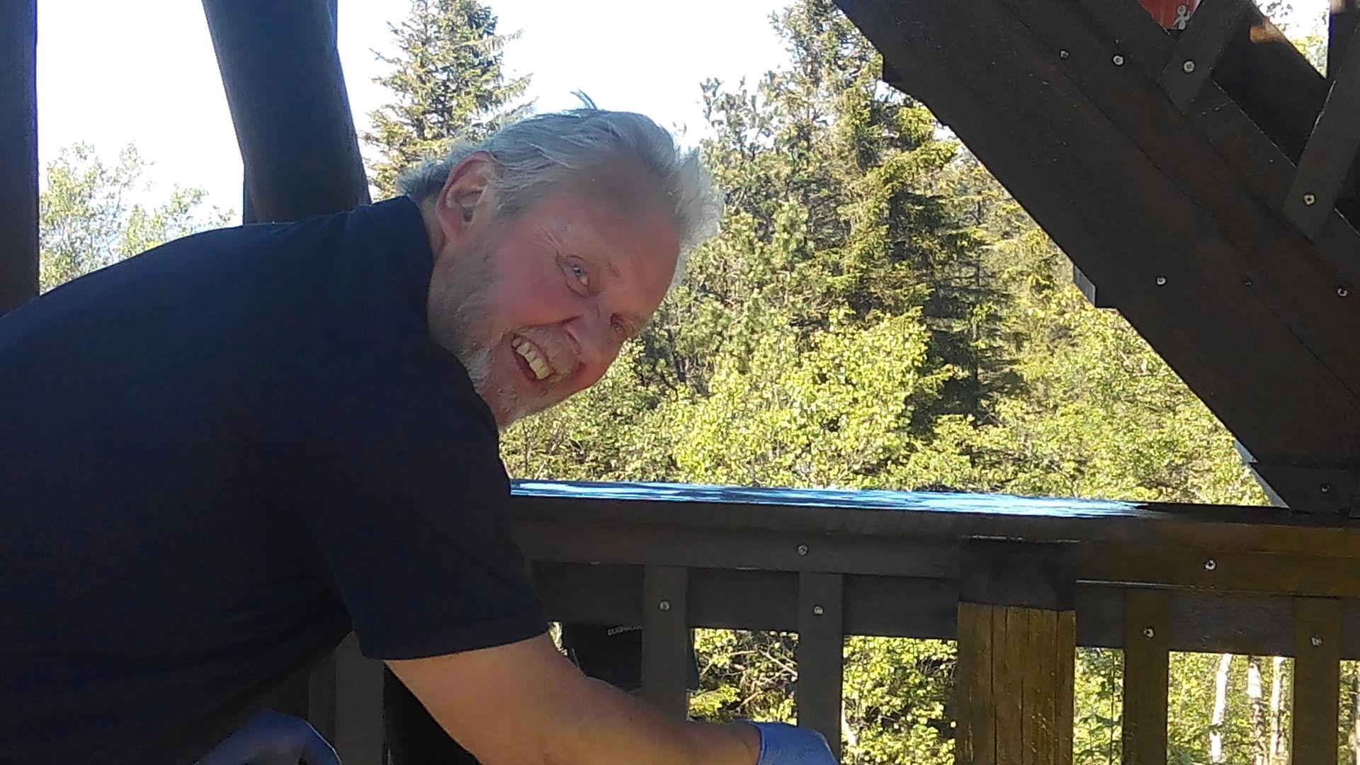 023 Tryggve svinger beisekosten på tårnet..jpg