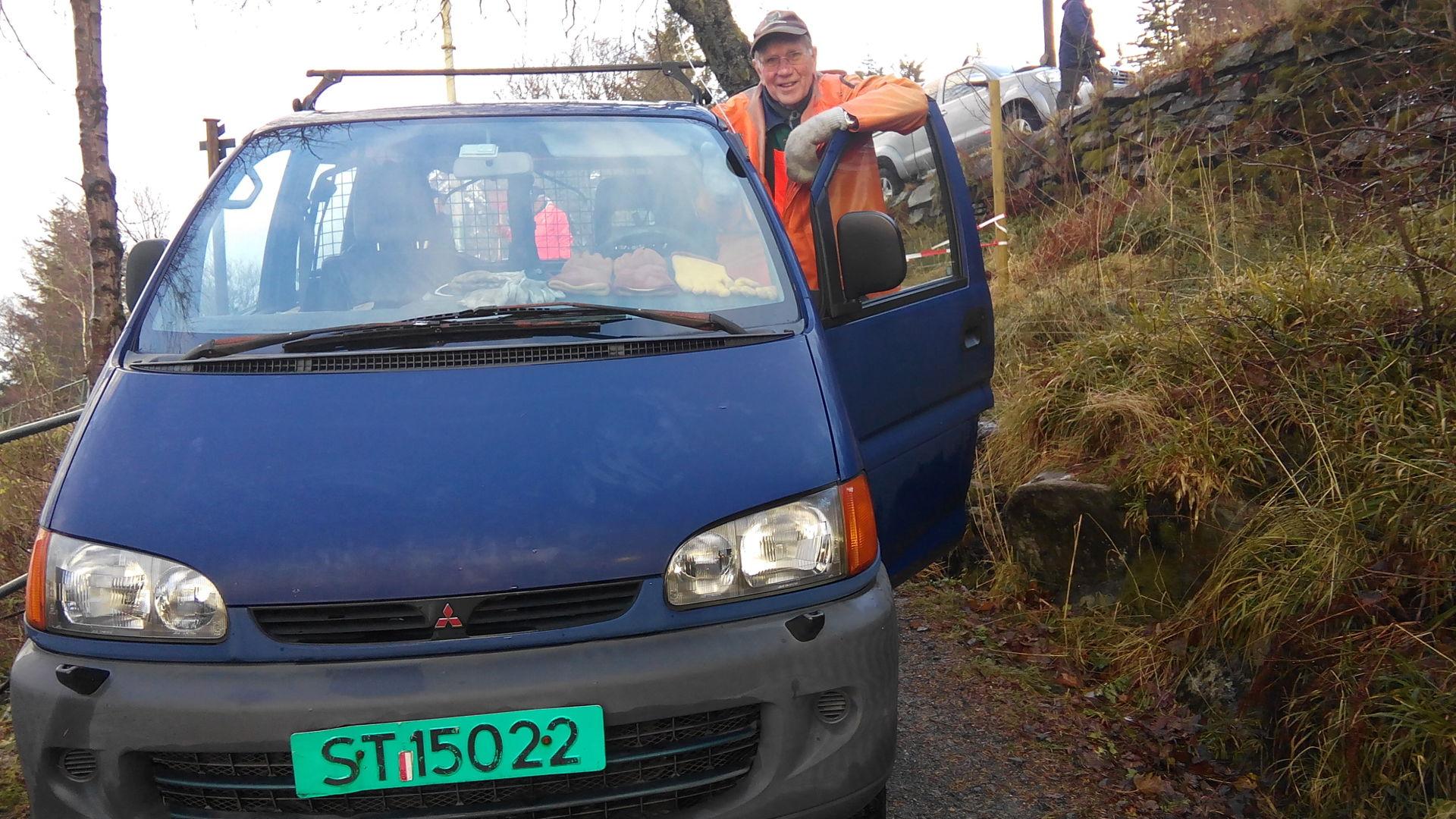 056  Hanka og Hankabilen poserer i Fløysvingene..j