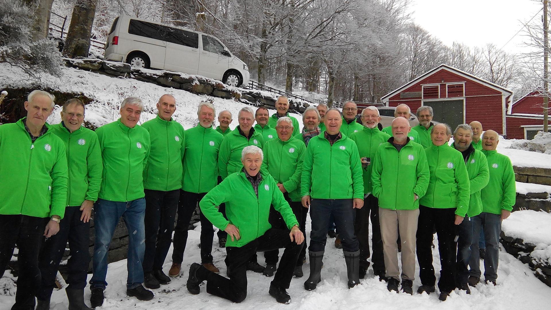 090  Gjengen poseerer  i fancy nye jakker..jpg