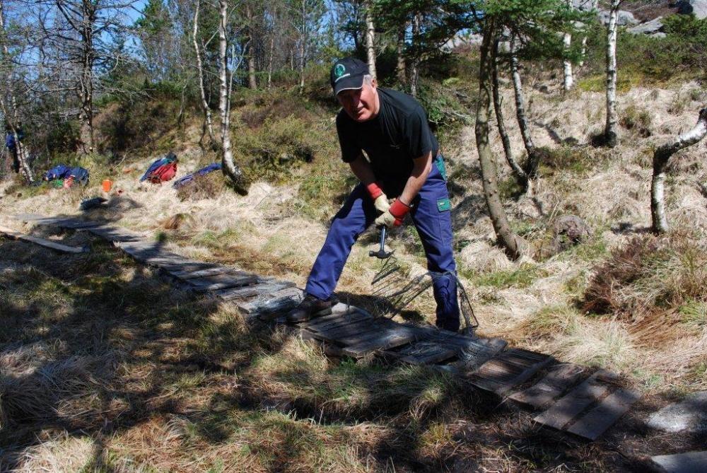 Mot Fjellhytten . Gamle klopper fjernes 20.mai.jpg